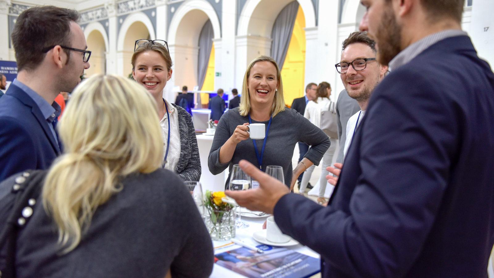 Gäste des Marketing Innovation Days unterhalten sich angeregt während der Kaffeepause